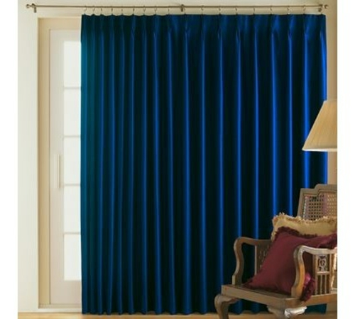 schicke deko ideen fürs wohnzimmer stuhl gardinen blau