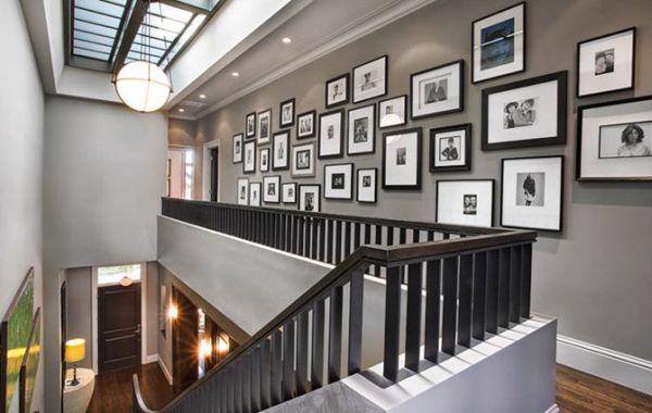 schwarz weiß bilder interior zahlreiche fotos im flur und treppenhaus