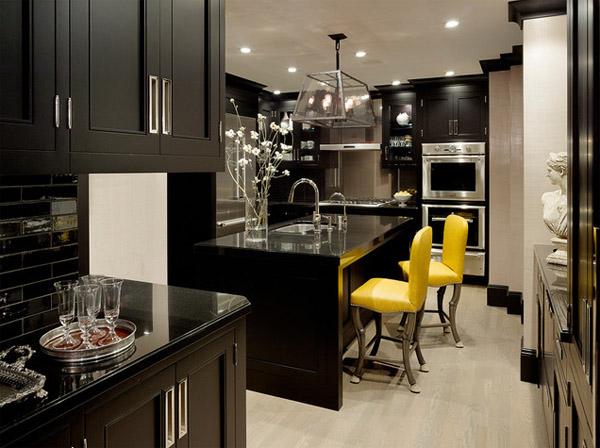 schwarze küchenmöbel und ausgefallene details gelbe akzente stühle