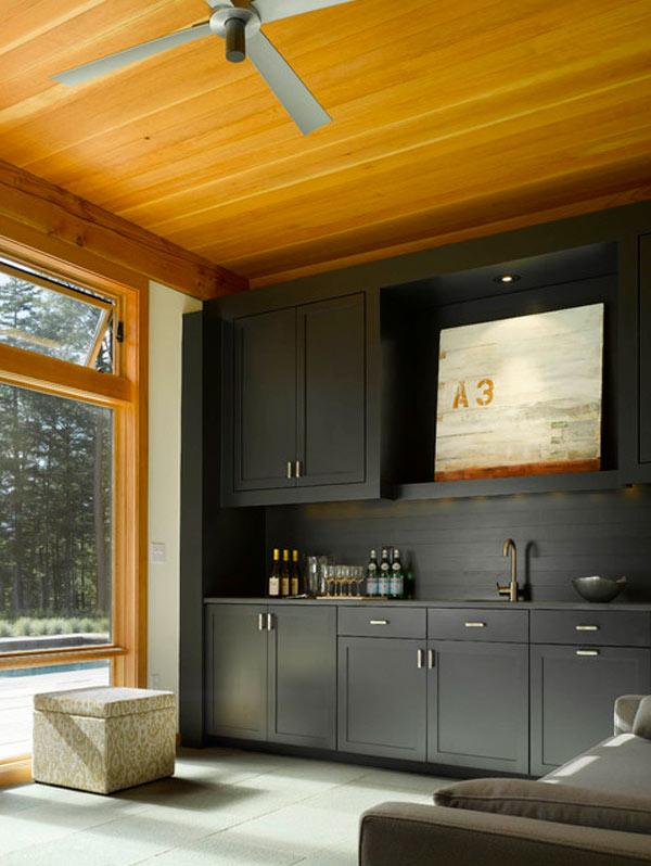 schwarze küchenmöbel und ausgefallene details helle holzdielen an der decke