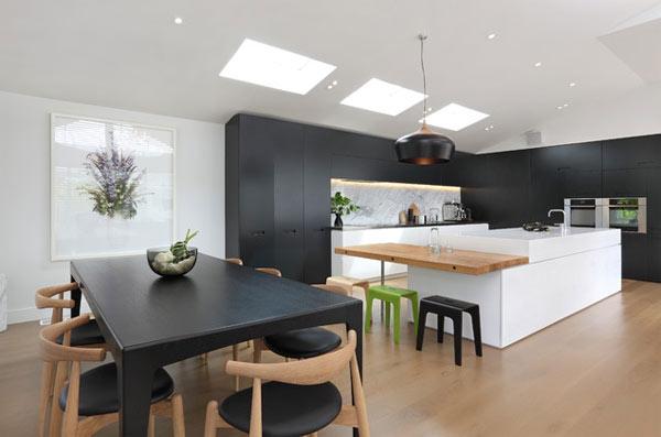 schwarze küchenmöbel und ausgefallene details helles holz viel licht licht duch dachfenster