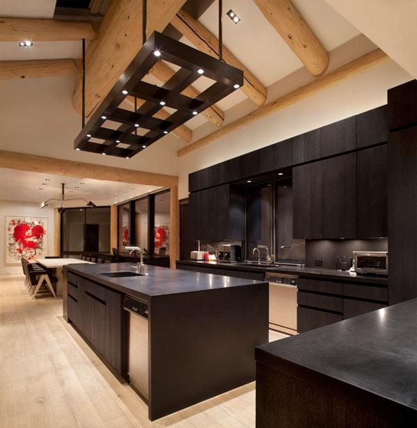 schwarze küchenmöbel und ausgefallene details hohe decke mit massiven holzbalken