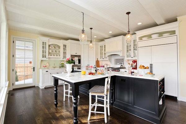 schwarze küchenmöbel und ausgefallene details klassich und gemütlisch viel weiß