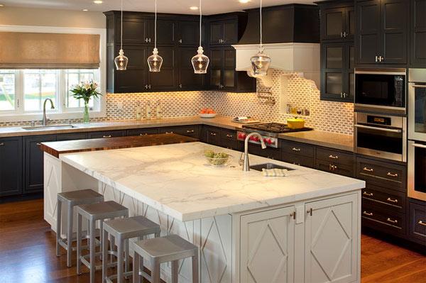 schwarze küchenmöbel und ausgefallene details mit weißer insel marmor oberfläche