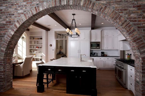 schwarze küchenmöbel und ausgefallene details tolles ziegelgewölbe