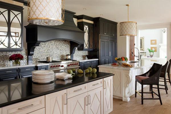 schwarze küchenmöbel und ausgefallene details traditionelle ausstattung