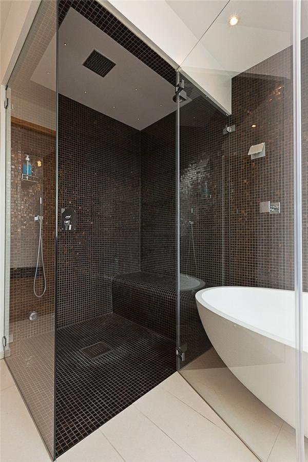 schwedisches loft apartment elegant badewanne schwarz mosaik