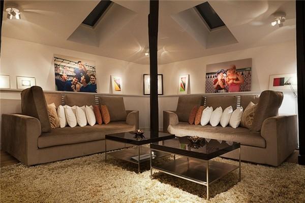 loftwohnung in schweden elegant braun farbpalette kissen sofas