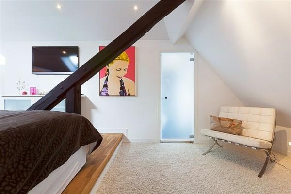 schwedisches loft apartment elegant couch gemälde wand