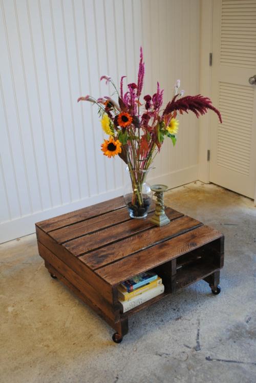 selbstgemachte Holz Möbel aus Paletten nebentisch rollen originell