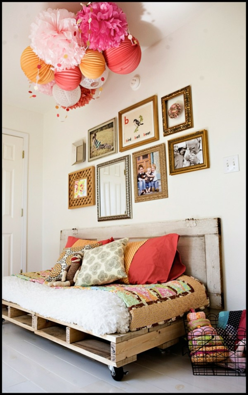 selbstgemachte Holz Möbel aus Paletten sofa dekoration bunt