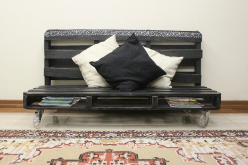 selbstgemachte Holz Möbel aus Paletten sofa rücklehne schwarz
