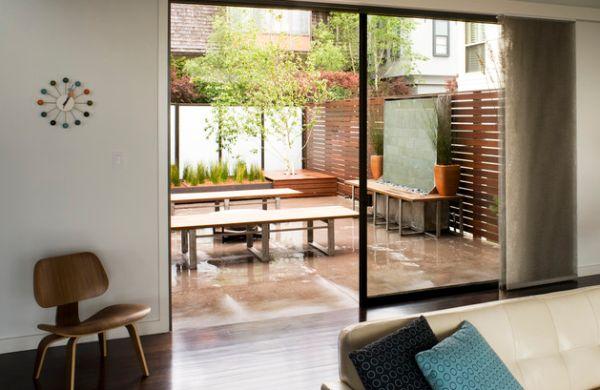 sichtschutz terrasse sitzecke schiebetür sofas leder wanduhr
