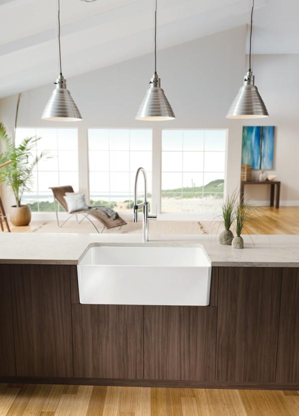 spülbecken für die küche weiß einrichtung holz oberflächen hängelampen