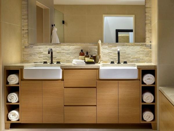 spa ausstattung im badezimmer waschbecken schrank spiegel wand