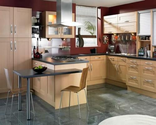 stühle-metall-stuhlbeine-fliesen-bodenbelag-dunkelrot-wand-küche