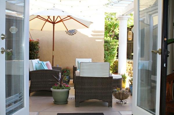 terrasse der woche gemütlich geschützt mit sonnenschirm