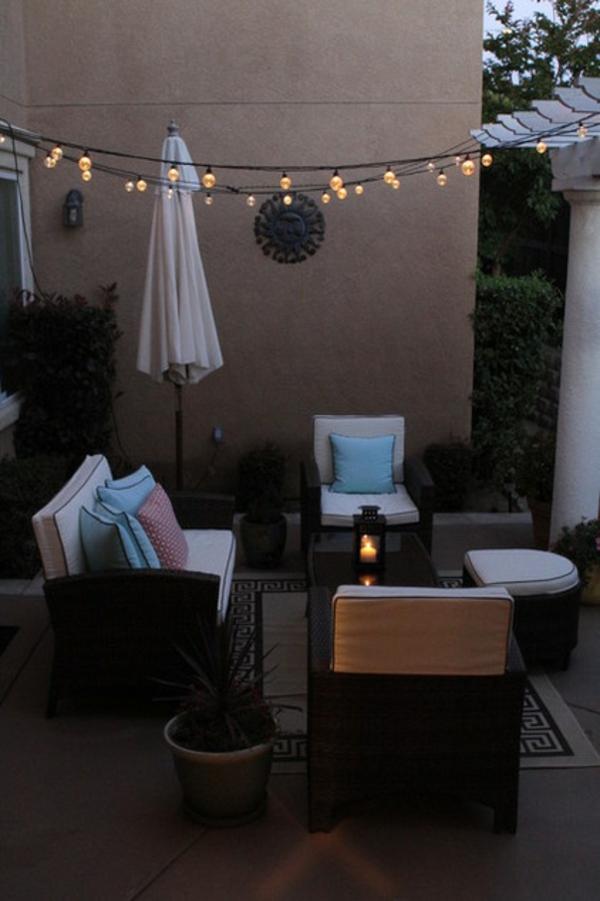 terrasse der woche mit kleinen glühbirnen und laterne auf dem tisch