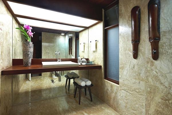 tropische badezimmer afrikanische masken und pink orchidee