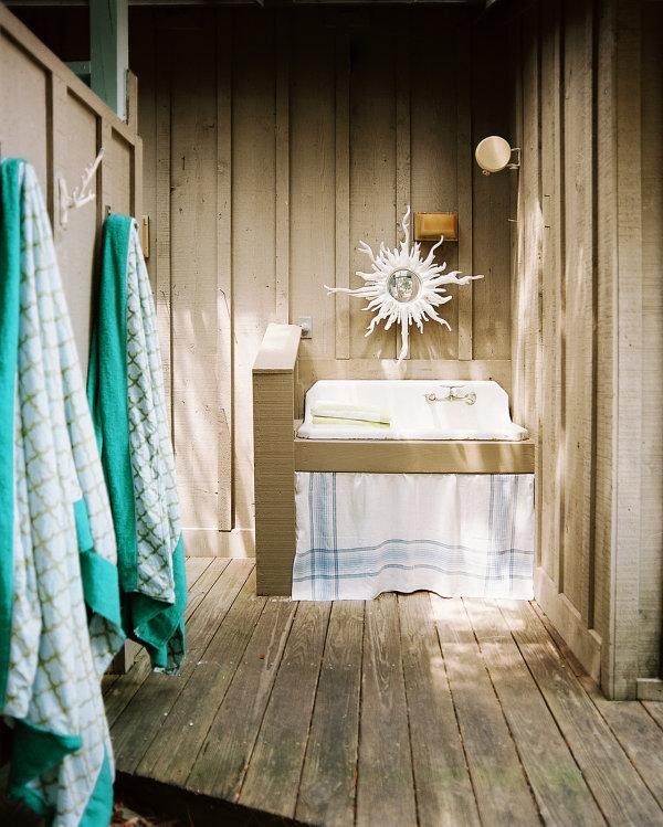 tropische badezimmer außen waschbecken wandspiegel koralle
