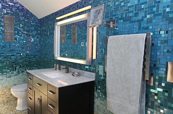 tropische badezimmer kleine mosaik fliesen blau glänzend