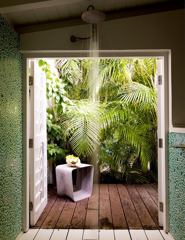 tropische badezimmer mit blick auf den innengarten