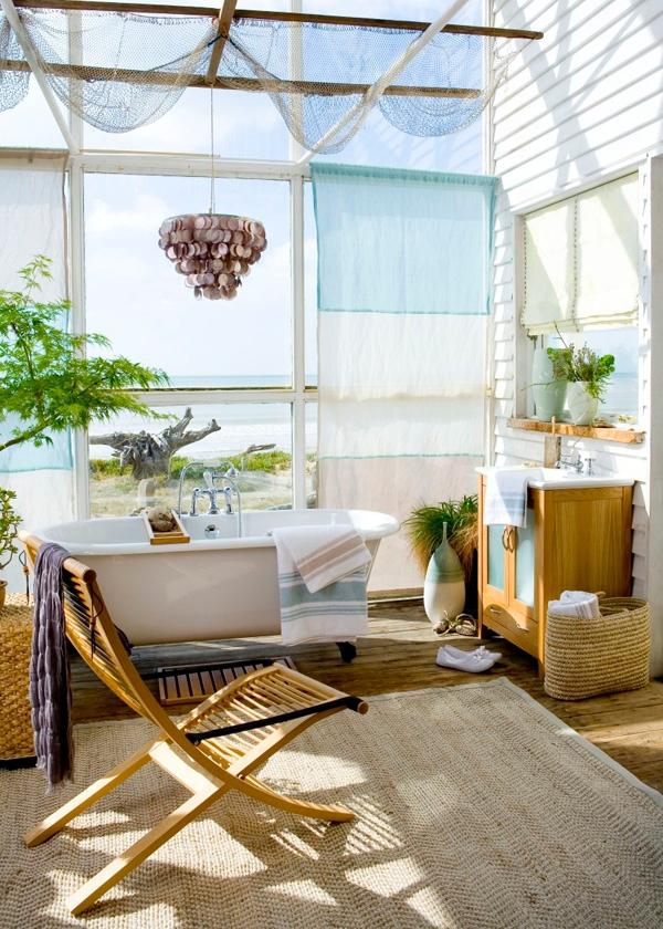 tropische badezimmer sisal teppich holzstuhl weiße keramikwanne