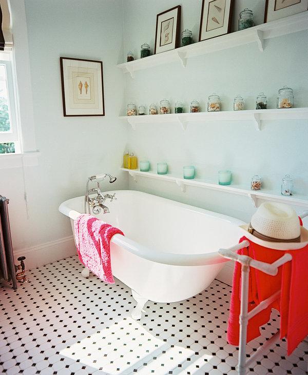 tropische badezimmer viele windlichter und gläser auf langen regalen