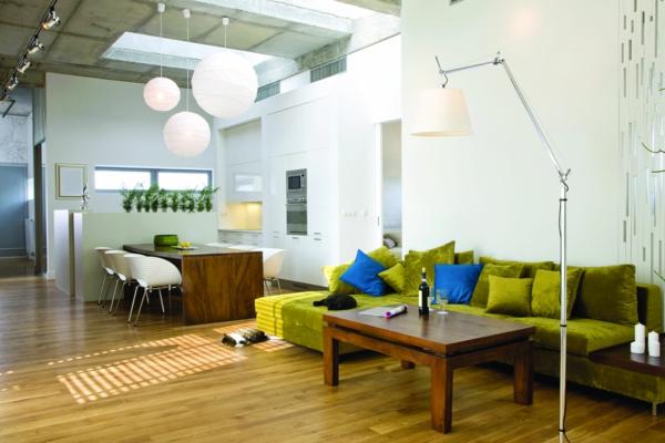 urbanen dachboden einrichtungsstil grün sofa samt kissen blau esszimmer