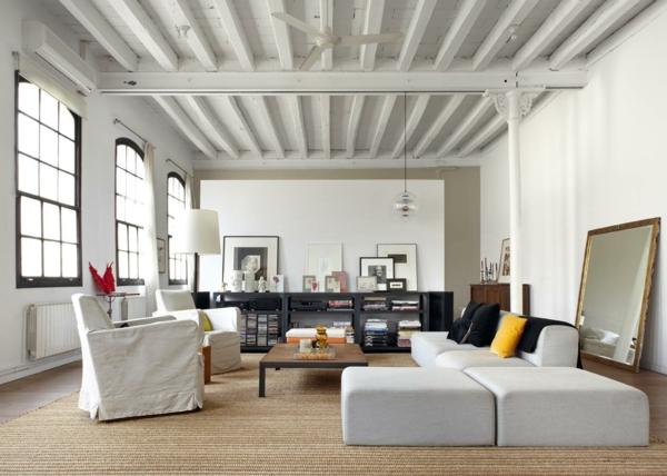 dachboden einrichtungsstil wohnzimmer sofa holz tisch stehlampe