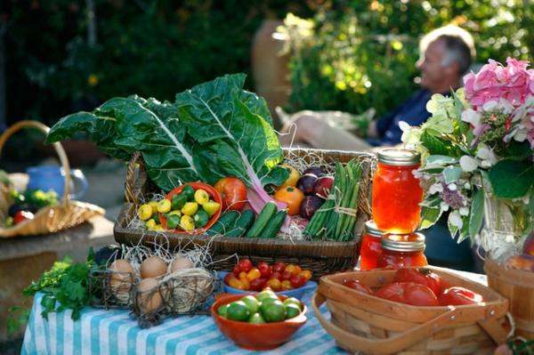 veranda party im sommer bunte farben frisches gemüse