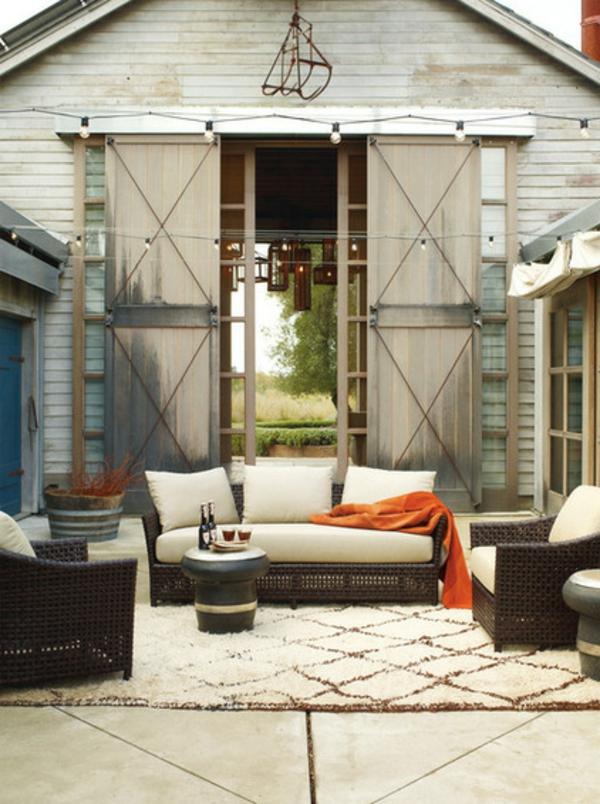 veranda party im sommer elegante rattan sitzmöbel weicher teppich