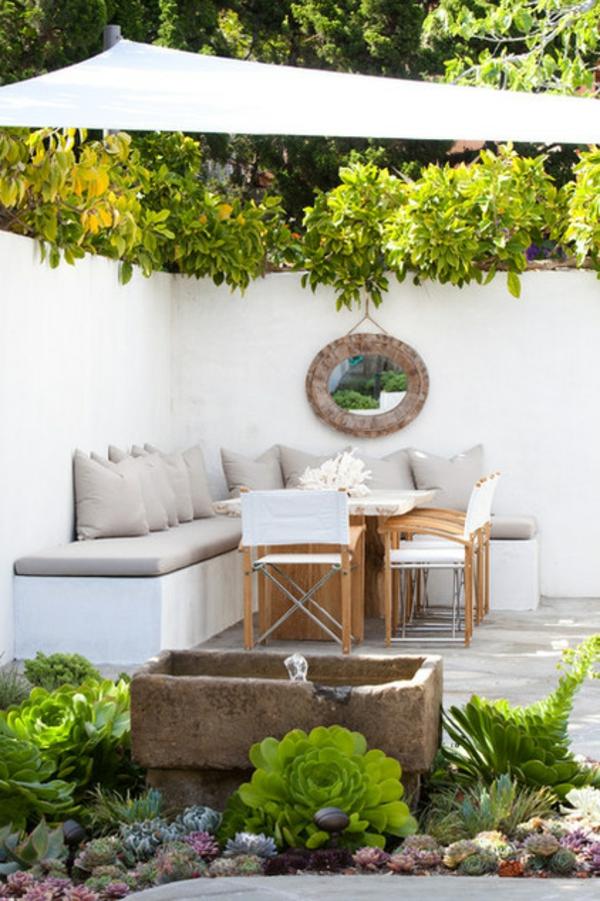 veranda party im sommer strandlaune in weiß mit subtropischer vegetation