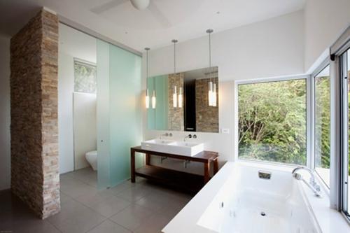 weiß badezimmer pendelleuchten waschtisch holz regale