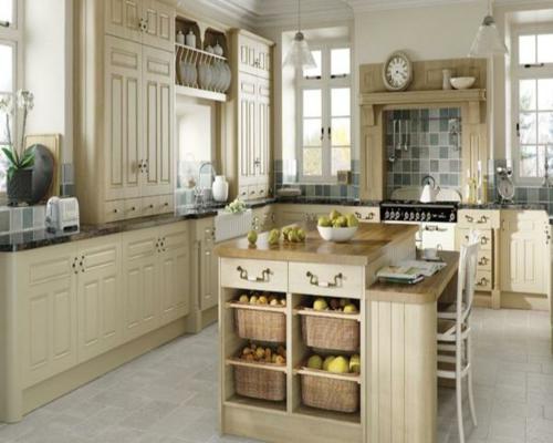 weiß-eingerichtet-küche-holz-möbel-regale-strohkorb-gemüse-obst