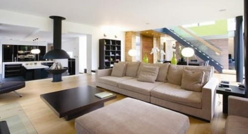 wohnbereich idee design sofas couch tisch kissen treppe