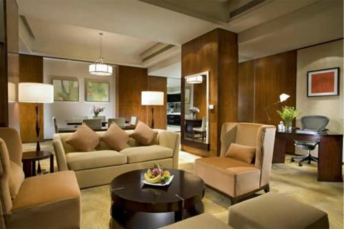 wohnlich warm atmosphäre wohnzimmer sofa sessel kissne kaffeetisch rund