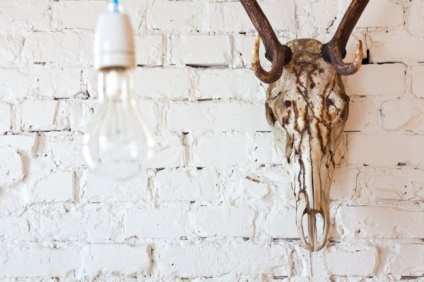 ziegelwand weiß glühbirne office haus skandinavisch