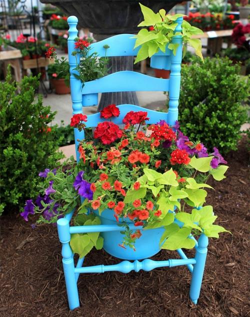 Alte Stühle im Garten mit neuer Funktion blau attraktive Pflanzgefäße