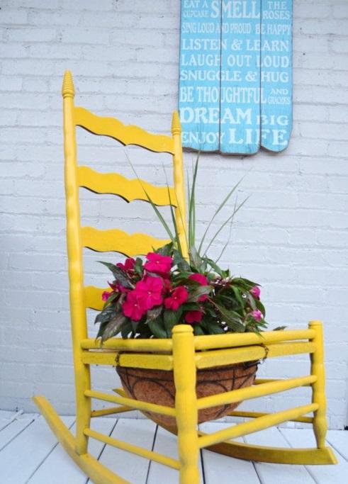 Alte Stühle im Garten mit neuer Funktion gelb schaukel attraktive Pflanzgefäße
