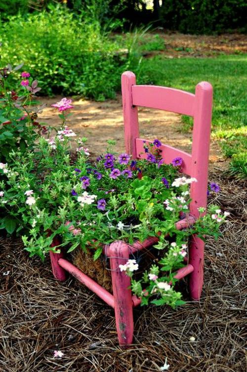 Alte Stühle im Garten mit neuer Funktion klein holz attraktive Pflanzgefäße
