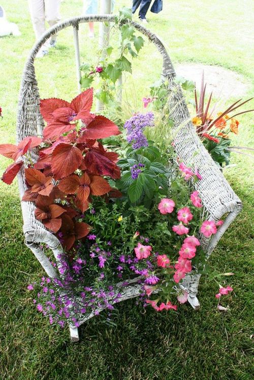 Alte Stühle im Garten mit neuer Funktion rattan gartenmöbel attraktive Pflanzgefäße