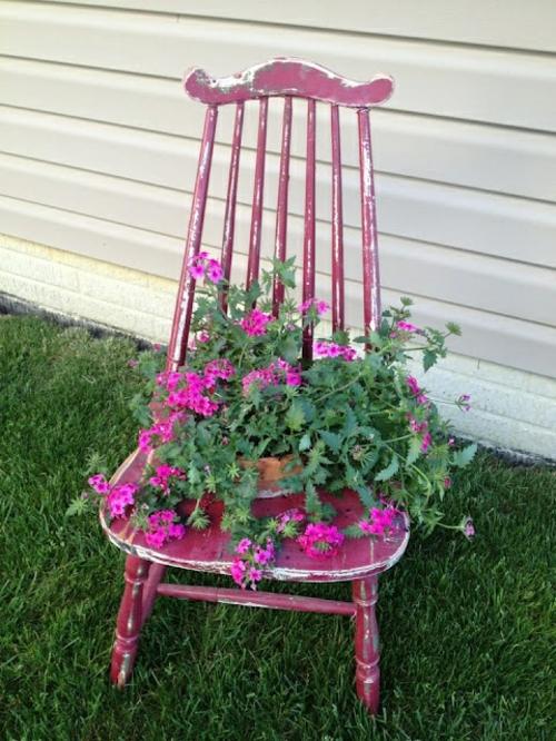 Alte Stühle im Garten mit neuer Funktion rosa holz attraktive Pflanzgefäße