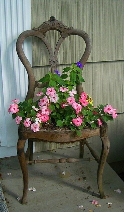 Alte Stühle im Garten mit neuer Funktion thron attraktive Pflanzgefäße