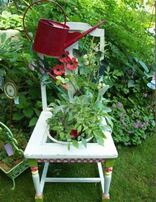Alte Stühle im Garten mit neuer Funktion weiß attraktive Pflanzgefäße
