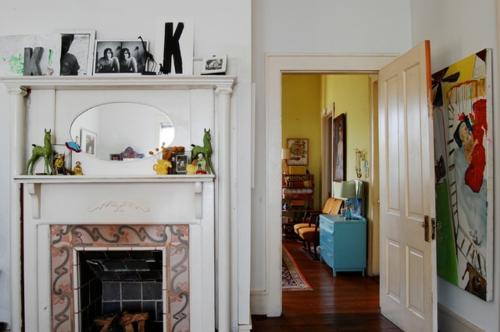 Altes Haus mit ausgefallenem Interieur einbaukamin gelb wand