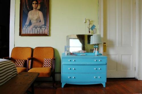 Altes Haus mit ausgefallenem Interieur kommode blau tischlampe