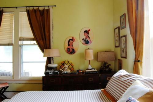 Altes Haus mit ausgefallenem Interieur kommode schlafzimmer bett
