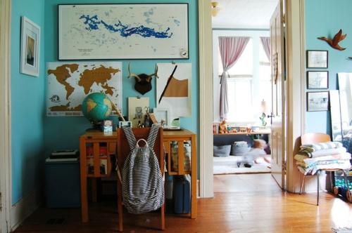 Altes Haus mit ausgefallenem Interieur schreibtisch globus schüler