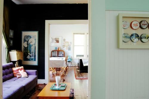 Altes Haus mit ausgefallenem Interieur sofa lila tisch
